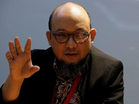 Novel Baswedan, penyidik senior Komisi Pemberantasan Korupsi (KPK) yang mengalami cedera mata permanen akibat disiram air keras oleh dua orang pengendara sepeda motor tak dikenal pada tahun 2017, berbicara dalam sebuah pertemuan di kantor KPK di Jakarta, 6 Desember 2019.