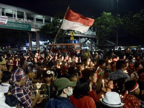 """Para pendukung Basuki """"Ahok"""" Tjahaja Purnama yang dikenai hukuman dua tahun penjara dengan dakwaan penodaan agama, berdemonstasi untuk pembebasan mantan Gubernur Jakarta itu, di Jakarta, 12 Mei 2017."""