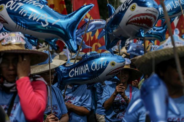 Foto pada 22 Juli 2019 ini menunjukkan pendemo di Manila menyerukan Cina untuk angkat kaki dari Laut Barat Filipina, nama yang Filipina berikan pada Laut Cina Selatan. (Sepe/BenarNews)