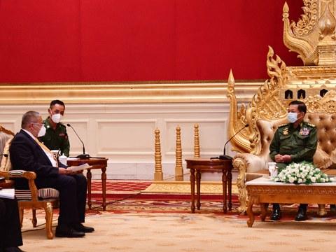 Panglima Angkatan Bersenjata Myanmar Jenderal Senior Min Aung Hlaing (kanan) bertemu dengan Wakil Menteri Luar Negeri Brunei Erywan Pehin Yusof (kiri) di Naypyidaw, Myanmar, 4 Juni 2021.