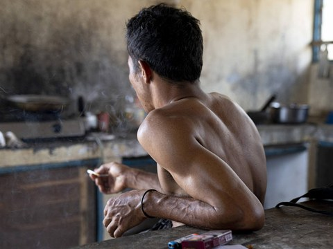 Seorang buruh migran Indonesia yang bekerja di sebuah perkebunan sawit di Malaysia, foto diambil pada awal 2020.