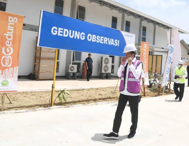 "Dalam foto yang dirilis oleh Istana Kepresidenan ini, Presiden Joko ""Jokowi"" Widodo mengunjungi rumah sakit darurat untuk penderita COVID-19 di Pulau Galang, Kepulauan Riau, 1 April 2020. [AFP]"