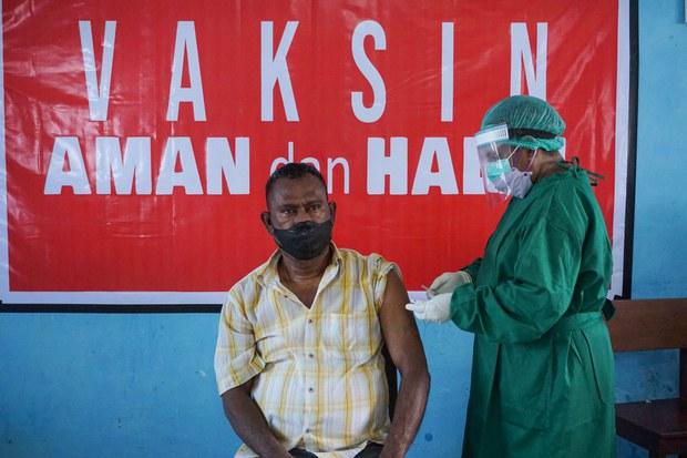 Seorang warga menerima vaksin Sinovac COVID-19 bertempat di Kepolisian Daerah Papua Barat di Sorong, Papua Barat, 30 Juli 2021.