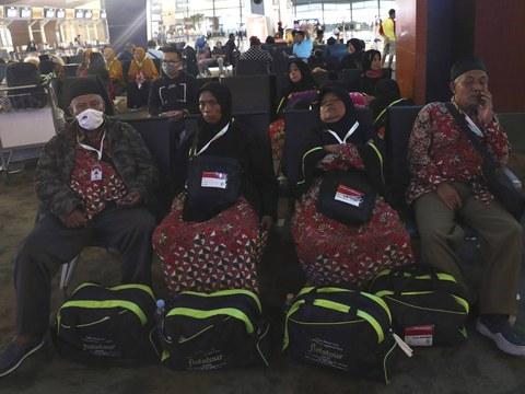 "Jemaah yang hendak melakukan ""umroh"" ke Arab Saudi duduk di ruang tunggu di Bandara Soekarno Hatta, Tangerang, setelah dicegah masuk ke pesawat mereka saat negara kerajaan tersebut memutuskan untuk tidak menerima jemaah dari luar negeri untuk mencegah penularan virus corona, 27 Februari 2020."