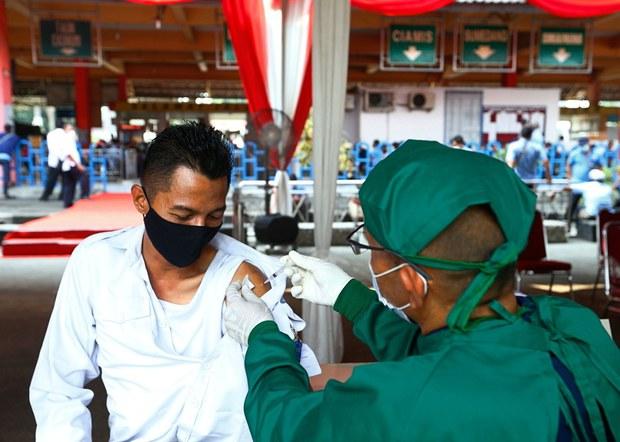 Genjot Vaksinasi di Tengah Lonjakan COVID-19, Pemerintah Kerahkan TNI, Polri