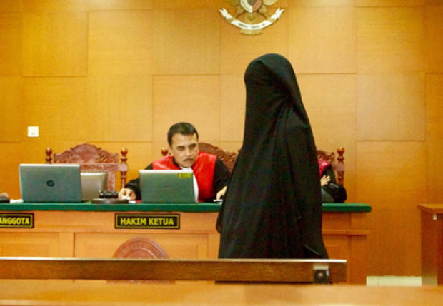 Terdakwa Nurmi Usman, istri Mohammad Basri, menjalani persidangan di Pengadilan Negeri Jakarta Timur, Rabu, 7 Juli 2017.