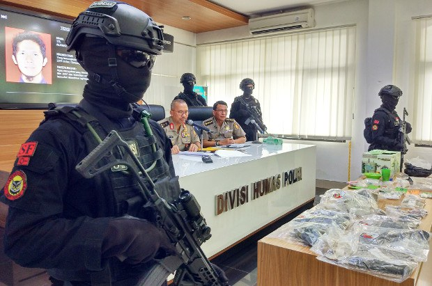 170705-indonesia-POLICE-620.jpg