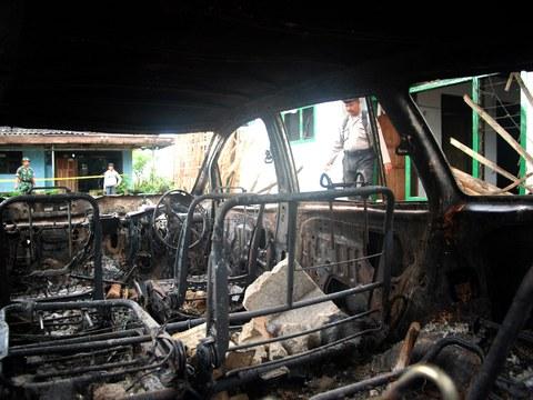 Dalam foto tertanggal 7 Februari 2011 ini terlihat sebuah mobil yang dibakar di dekat rumah anggota jemaah Ahmadiyah yang dirusak oleh kelompok massa Islam garis keras sehari sebelumnya yang juga menewaskan tiga penganut aliran kepercayaan minoritas tersebut di Pandeglang, Banten.