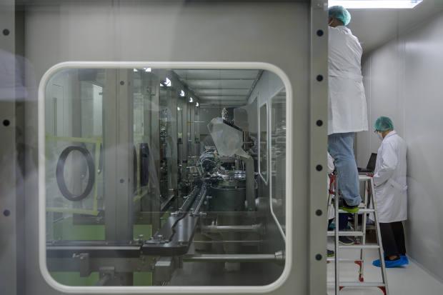 Petugas mengerjakan vaksin COVID-19 di laboratorium Bio Farma yang dijadualkan tersedia awal tahun depan dengan kapasitas produksi 250 juta vaksin dalam setahun, di Bandung, Jawa Barat, pada 12 Agustus 2020.