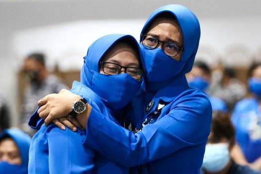 Anggota keluarga awak kapal selam KRI Nanggala-402 yang tenggelam berpelukan ketika mendengar kabar buruk gugurnya ke-53 awak kapal tersebut di markas Koarmada II di Surabaya, 25 April 2021. [Antara Foto/Didik Suhartono/via Reuters]