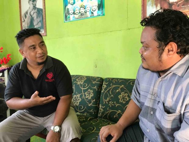 Abdul Kadir Abdjul (kiri), seorang tokoh pemuda di Poso, berbicara dengan rekannya, di Poso, 19 November 2020. [Keisyah Aprilia/BenarNews]