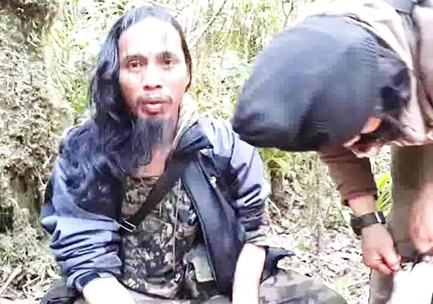 Foto yang diambil dari video ini menunjukkan pemimpin Mujahidin Indonesia Timur, Santoso (kiri), bersama salah satu anak buahnya, saat bersembunyi di hutan Poso, di Sulawesi Tengah pada Februari 2016. [BenarNews]