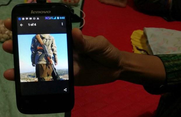 Seorang warga Lamongan, Jawa Timur, memperlihatkan foto yang dikirim oleh seorang anggota keluarganya yang bergabung dengan ISIS di Suriah, 27 Februari 2017.