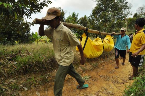 Warga menggotong mayat seorang petani yang menjadi korban pembunuhan kelompok Mujahidin Indonesia Timur di Desa Balinggi, Kabupaten Parigi Moutong, Sulawesi Tengah, 14 September 2015. [BenarNews]