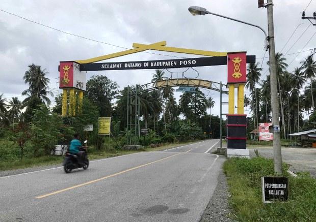 Seorang warga mengendarai sepeda motor melintas di gerbang Kabupaten Poso, Sulawesi Tengah, 21 November 2020.