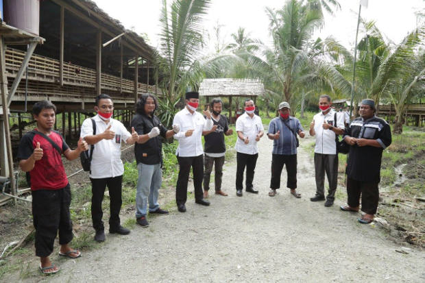 Kepala BNPT Komjen Pol Boy Rafli Amar, keempat dari kiri, bertemu dengan sejumlah eks napiter Poso saat melakukan kunjungan kerja di Poso, awal Agustus 2020. [Dok BNPT]
