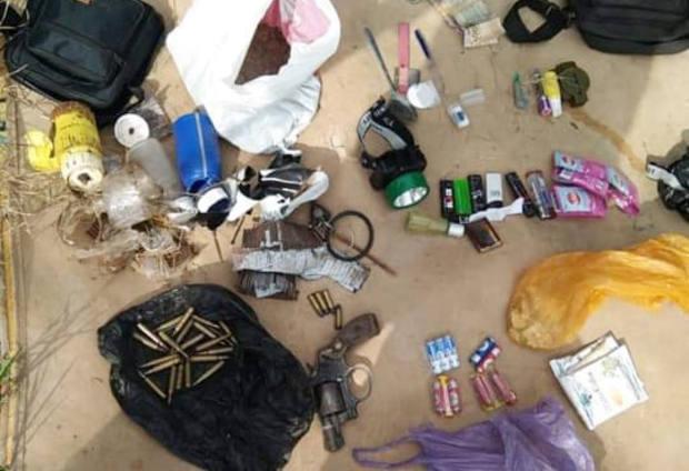 Sejumlah barang bukti milik Wahid dan Aziz Arifin yang disita pasca baku tembak di Desa Bolano Barat, Kecamatan Bolano, Kabupaten Parigi Moutong, Sulawesi Tengah, 17 November 2020. [Sugi Efendi/BenarNews]