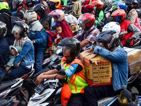 Sejumlah warga melakukan mudik lebaran menggunakan sepeda motor, di Bekasi, Jawa Barat, 31 Mei 2019.