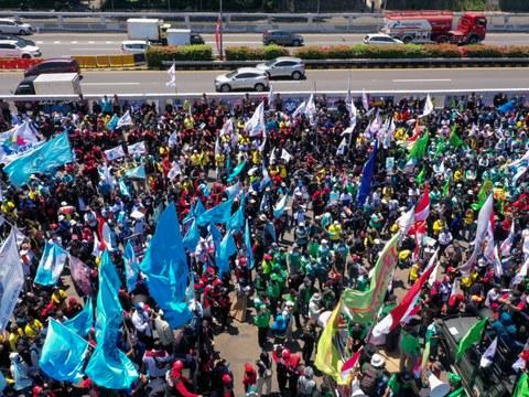 Dalam foto udara ini, anggota serikat buruh dan aktivis hak asasi manusia melakukan protes atas omnibus law Cipta Kerja yang dinilai merugikan para pekerja, di Surabaya, 25 Agustus 2020.
