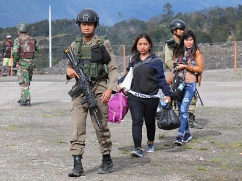 Dalam foto tertanggal 1 Oktober 2019 ini, militer mengawal warga yang meninggalkan wilayah Ilaga, Puncak, Papua, setelah terjadi kerusuhan di wilayah tersebut.