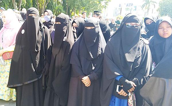 Sejumlah aktivis Komunitas Muslimah Bercadar ikut melakukan aksi unjuk rasa menolak Lesbian, Gay, Biseksual, Transgender (LGBT) di Banda Aceh, 2 Februari 2018. (Nurdin Hasan/BeritaBenar)