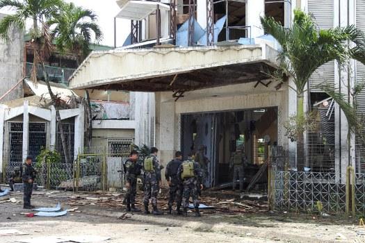 Aparat keamanan Filipina bersiaga di sekitar lokasi bom bunuh diri di sebuah gereja di Jolo, Provinsi Sulu, di selatan Filipina, 27 Januari 2019. (AFP)
