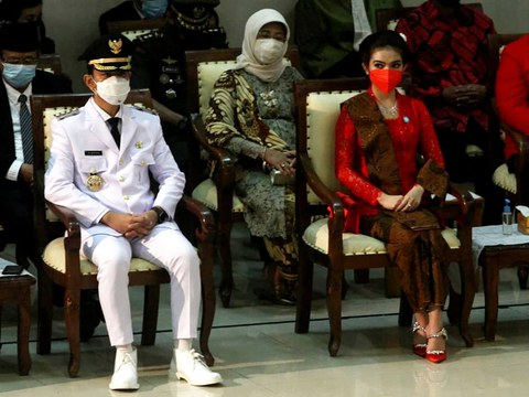 Gibran Rakabuming Raka (kiri), putra dari Presiden Joko Widodo, menghadiri pelantikan dirinya sebagai walikota Solo didampingi oleh istrinya Selvi Ananda (kanan) di Solo, Jawa Tengah, 26 Februari 2021.