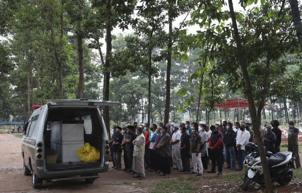 Indonesia Cetak Rekor Kematian COVID-19, Pertimbangkan Perpanjangan PPKM
