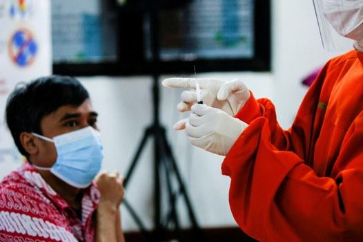 Seorang petugas kesehatan bersiap untuk memberikan vaksin Sinovac pada awal dilakukannya vaksinasi massal COVID-19 di Indonesia yang dimulai dengan penyuntikan tenaga kesehatan, di Jakarta, 14 Januari 2021. [Reuters]