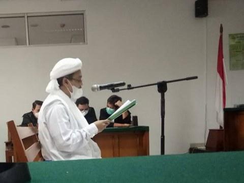 Muhammad Rizieq Shihab membacakan eksepsi pribadinya di ruang sidang Pengadilan Negeri Jakarta Timur, Jumat, 26 Maret 2021.