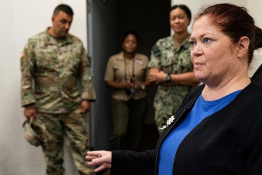 Christine Funk (kanan), pengacara yang membela tahanan Malaysia Mohammed Farik bin Amin, memberikan keterangan kepada wartawan di Teluk Guantanamo, Kuba, setelah sidang pembacaan dakwaan kepada kliennya dan dua tersangka lainnya termasuk Hambali, 31 Agustus, 2021. [AP]