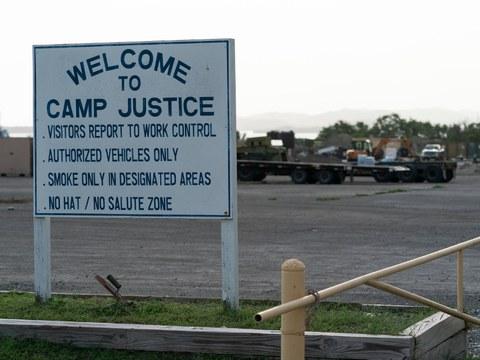 Foto yang sudah diotentikasi oleh pejabat militer AS ini memperlihatkan tanda selamat datang di Kamp Keadilan di Pangkalan Laut Teluk Guantanamo, dimana komisi militer setempat mulai melakukan persidangan terhadap tiga tahanan yang dicurigai terlibat dalam aksi terorisme.