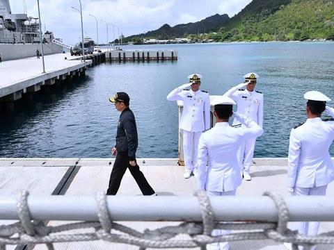 """Presiden Joko """"Jokowi"""" Widodo melakukan kunjungan di markas militer TNI di Perairan Natuna, Provinsi Kepulauan Rau, yang berbatasan dengan Laut Cina Selatan, setelah sebelumnya sejumlah kapal ikan dan kapal penjaga pantai terpantau berada di sekitar perairan tersebut yang sempat memicu ketegangan antara Indonesia-Cina, 8 Januari 2020."""