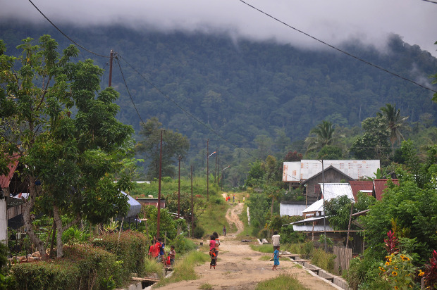 Anak-anak bermain di perkampungan mereka di Desa Lembantongoa, Kecamatan Palolo, Kabupaten Sigi, Sulawesi Tengah, Senin (30/11/2020), tidak jauh dari lokasi dibunuhnya empat warga tiga hari sebelunya oleh terduga Mujahidin Indonesia Timur (MIT), kelompok militan yang telah berbaiat kepada ISIS. [Faldi Muhammad/BenarNews]