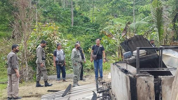 Kapolda Sulteng Irjen. Pol. Abdul Rakhman Baso bersama sejumlah personel melihat rumah warga yang dibakar pascakejadian pembunuhan empat warga di Desa Lembantongoa, Kecamatan Palolo, Kabupaten Sigi, Sulawesi Tengah, 28 November 2020.