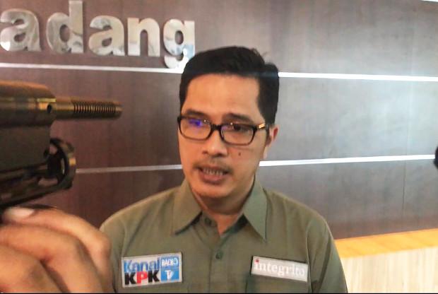 Juru bicara KPK, Febri Diansyah berbicara kepada wartawan di Padang, Sumatra Barat, 17 Oktober 2019. (M.Sulthan Azzam/BeritaBenar)